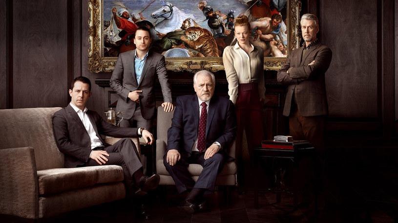 """Pandemia koronawirusa paraliżuje pracę nad trzecimi sezonami dwóch popularnych seriali HBO. O tym, że nowe serie """"Sukcesji"""" oraz """"Barry'ego"""" powstaną, stacja zadecydowała jeszcze w zeszłym roku. Aktualnie prace nad nimi zostały wstrzymane."""
