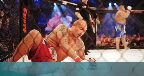 Policja prowadzi czynności sprawdzające w sprawie gali mieszanych sztuk walki Fame MMA, która odbyła się w minioną sobotę w podkrakowskiej Alwerni. Wydarzenie to było transmitowane na żywo. Mimo zakazu organizacji imprez masowych, na miejscu w wydarzeniu brało udział kilkadziesiąt osób.