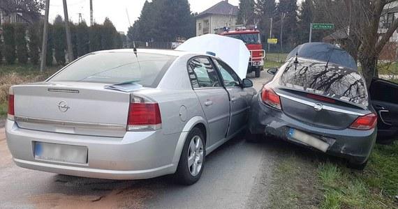 Pirata drogowego, który był poszukiwanym przestępcą z dożywotnim zakazem kierowania pojazdami, zatrzymali po pościgu oświęcimscy policjanci. Aby tego dokonać, musieli zepchnąć jego auto z jezdni.