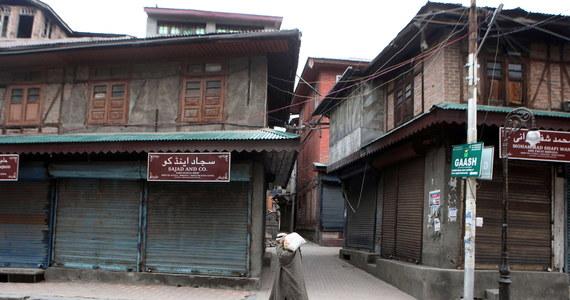 Dwaj mężczyźni ze stanu Nagaland nie weszli do sklepu w Majsurze, bo zdaniem obsługi wyglądali na Chińczyków. Menedżer sklepu obawiał się zakażenia koronawirusem. Od początku epidemii coraz więcej osób z północno-wschodniej części Indii spotyka się z rasizmem.