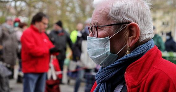 Austria zaostrza walkę z epidemią koronawirusa. Od środy wejdzie w życie obowiązek noszenia masek w trakcie robienia zakupów w supermarketach. Mają być dostępne przy wejściach do marketów. W Austrii jest 9125 zakażonych koronawirusem. W wyniku choroby zmarło dotychczas 108 osób.