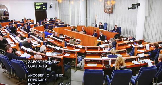 """Senatorowie przyjęli poprawki do ustaw tworzących tzw. """"tarczę antykryzysową"""". Wśród najważniejszych korekt projektu specustawy dot. walki z gospodarczymi skutkami epidemii koronawirusa jest wykreślenie zmian w Kodeksie wyborczym i tych dotyczących Rady Dialogu Społecznego. Posiedzenie Sejmu, w czasie którego posłowie zajmą się senackimi poprawkami, rozpocznie się dzisiaj o 13:00."""