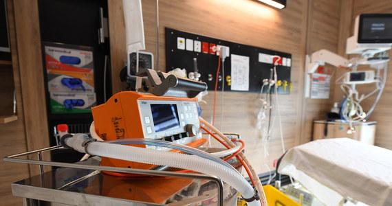 Kwarantanną objęto 12 osób personelu medycznego oddziału intensywnej opieki medycznej w Szpitalu Powiatowym w Ostrowcu Świętokrzyskim. Ich objawy mogły wskazywać na zarażenie koronawirusem, a mogły one mieć kontakt z czterema pacjentami zmarłymi na tamtejszym OIOMI-e.