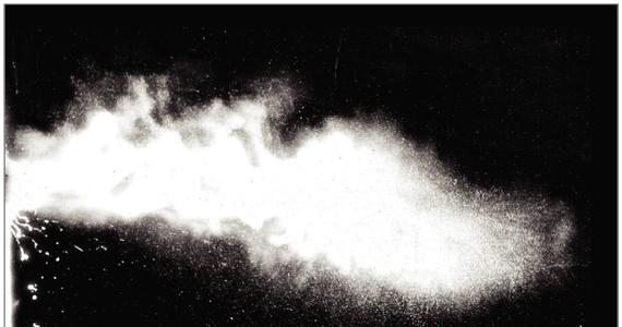 """Sugestia, że w celu uniknięcia zakażenia koronawirusem powinniśmy trzymać się w odległości co najmniej 2 metrów od siebie oparta jest na nieaktualnych modelach, pochodzących jeszcze z lat 30. ubiegłego wieku - pisze na lamach czasopisma """"Journal of the American Medical Association"""" badaczka z Massachusetts Institute of Technology. Prof. Lydia Bourouiba, zajmująca się dynamiką procesów kaszlenia i kichania przekonuje, że właściwa byłaby raczej odległość... 7 do 8 metrów. Całkowicie w warunkach codziennych nierealna."""