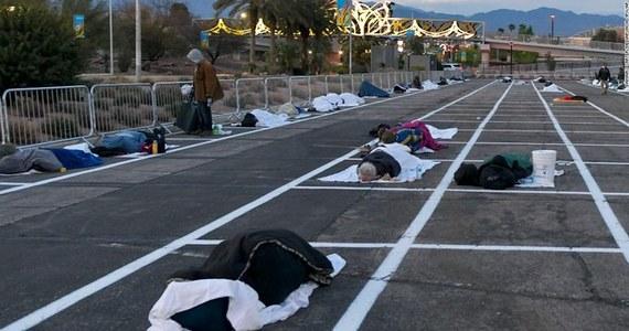 Po wykryciu w schronisku koronawirusa bezdomni w Las Vegas zmuszeni są spać na betonowym parkingu. Namalowano na nim miejsca, by zachowywali od siebie wymagany dystans. Zdjęcia leżących między białymi liniami wywołały burze w mediach społecznościowych w USA.
