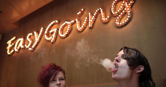 Podczas gdy Holendrzy zmagają się z blokadą kraju, związaną z epidemią koronawirusa, palacze marihuany otrzymali wiadomość o ponownym otwarciu coffee shopów dla zamówień na wynos - informuje we wtorek agencja Reutera.