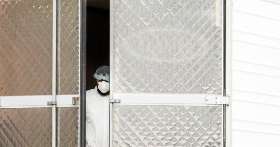 Ponad 500 ratowników medycznych i 2000 pielęgniarek z całych Stanów Zjednoczonych wesprze przeciążony epidemią koronawirusa system opieki zdrowotnej w Nowym Jorku. Miasto zasili także 250 karetek pogotowia - poinformował burmistrz Bill de Blasio.