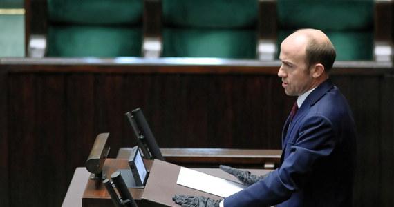 """""""Opinia publiczna ma prawo poznać prawdę o faktycznej liczbie zakażeń, ma prawo poznać sytuację w służbie zdrowia"""" - tak o epidemii koronawirusa - i w nawiązaniu do planowanych na 10 maja wyborów prezydenckich - mówił szef Platformy Obywatelskiej Borys Budka. Ocenił również, że """"każdy, kto będzie chciał przeprowadzić wybory 10 maja, będzie miał krew na rękach""""."""