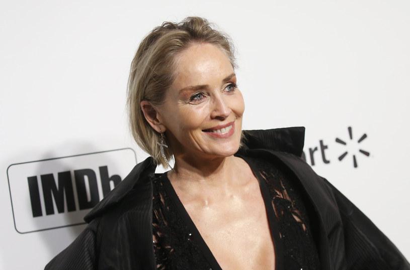 Sharon Stone zamieściła w swoich mediach społecznościowych nagranie pokazujące proste ćwiczenie oddechowe, które pokazał jej znajomy lekarz. Wykonują je chorzy na zapalenie płuc, ale może się przydać także podczas pandemii koronawirusa.