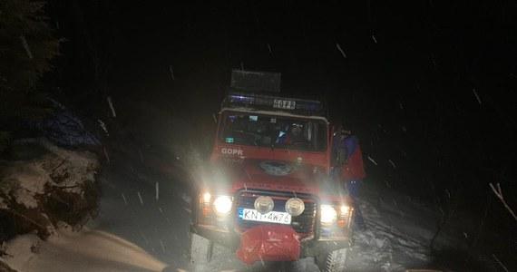 Kilkunastu ratowników GOPR, policjanci i strażacy zostali zaangażowani w nocną akcję na Ćwilinie w Beskidzie Wyspowym. Wieczorem służby odebrały zgłoszenie, z którego wynikało, że na północnych zboczach ktoś przy pomocy sygnałów świetlnych może wzywać pomocy. Ratownicy od wielu dni apelują, by w czasie epidemii koronawirusa zaniechać wszelkich wyjść w góry.