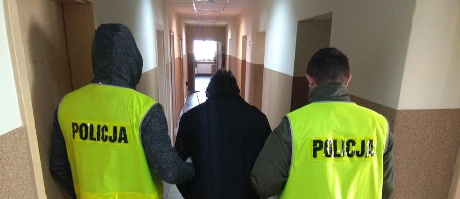 Policja z Łodzi zatrzymała 34-latka, który dwukrotnie wybił szyby w komisariacie przy ul. Wólczańskiej. Sprawca wyznał, że robił to ze złości, ponieważ odebrano mu dziecko.