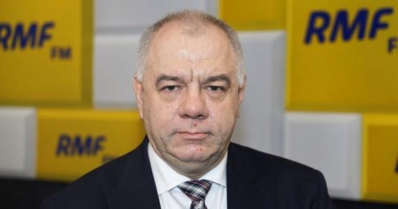 """""""Czy my mamy odwoływać wybory, bo opozycja chce je bojkotować? To jest absurdalne. Mamy rozmontować demokrację, bo opozycji nie idzie w kampanii?"""" – mówił w Porannej rozmowie RMF FM Jacek Sasin, komentując apel opozycji o przesuniecie terminu wyborów ze względu na epidemię koronawirusa w Polsce."""