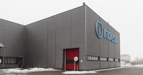 Whirpool, który jest jednym z największych producentów sprzętu AGD, zawiesił działalność w swoich zakładach w Łodzi, Radomsku i Wrocławiu. Jak poinformował rzecznik firmy Zygmunt Łopalewski, produkcja będzie zatrzymana do 15 kwietnia.