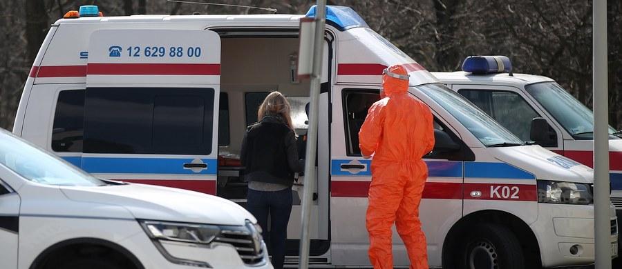"""""""Jestem głęboko zaniepokojony szybkim rozprzestrzenianiem się pandemii koronawirusa"""" – powiedział podczas konferencji prasowej szef WHO. Tedros Ghebreyesus wskazał, że wkrótce liczba zakażonych koronawirusem na świecie osiągnie milion, a liczba zgonów 50 tys. Szybki wzrost zachorowań potwierdzają dane z różnych krajów: W Stanach Zjednoczonych zakażenie wykryto u ponad 200 tys. osób. W Wielkiej Brytanii zanotowano największy dobowy wzrost liczby zgonów od początku epidemii - zmarły 563 osoby. W ciągu trzech pierwszych tygodni marca na północy Włoch liczba zgonów była dwa razy wyższa od średniej notowanej w latach 2015-2019, a w Bergamo ok. czterokrotnie większa. Takie dane, realnie obrazujące skutki epidemii koronawirusa, przedstawił w środę krajowy Instytut Statystyczny. W Polsce do tej pory zachorowały 2554 osoby. Zmarły 43 z nich. O najważniejszych wydarzeniach dotyczących pandemii koronawirusa przeczytasz w naszej relacji z 1 kwietnia."""