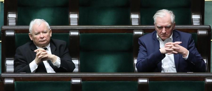 """""""To projekt bardzo trudny do realizacji. Na pierwszy rzut oka wydaje mi się, że są w nim rozstrzygnięcia co do terminów, które mogą być trudne do dotrzymania"""" - tak o zgłoszonym przez Prawo i Sprawiedliwość projekcie ws. głosowania korespondencyjnego w najbliższych wyborach prezydenckich mówił w rozmowie z """"Rzeczpospolitą"""" koalicjant PiS-u, wicepremier Jarosław Gowin. Odniósł się również do doniesień o konflikcie w koalicji dot. terminu wyborów prezydenckich - o ostrym sporze w tej sprawie informował m.in. dziennikarz RMF FM Patryk Michalski. Pytany o te doniesienia Gowin stwierdził, że """"sprawa wyborów jest teraz trzeciorzędna"""". Równocześnie jednak zastrzegł: """"Jest rzeczą bezdyskusyjną, że wybory mogą się odbyć tylko w takich warunkach i w takim terminie, gdy w ich wyniku nie będzie zagrożone zdrowie i życie ani jednego Polaka""""."""