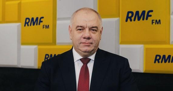 """Głosowanie korespondencyjne dla wszystkich – w RMF FM wicepremier Jacek Sasin ujawnia szczegóły zapisów, które Prawo i Sprawiedliwość wprowadzi do swojego zgłoszonego już projektu ws. głosowania korespondencyjnego, którym jutro zajmą się posłowie. """"Chcielibyśmy wprowadzić głosowanie wyłącznie korespondencyjne. Ono będzie najbezpieczniejsze"""" – mówi Sasin w rozmowie z dziennikarzami Patrykiem Michalskim i Pawłem Balinowskim. Jak dodaje: """"W tej chwili w obowiązującym prawie funkcjonuje głosowanie korespondencyjne dla seniorów, czyli kilku milionów osób, oraz tych, którzy pozostają w kwarantannie. W związku z czym my już prowadzimy prace nad zorganizowaniem systemu głosowania korespondencyjnego i będziemy gotowi na to, żeby rozszerzyć to również na pozostałe osoby""""."""