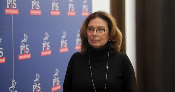 """""""To jest taka przykrywka, żeby Polacy nie rozmawiali o tym, jak źle działa 'tarcza antykryzysowa', dlaczego młodzież jest ciągle mamiona tym, że egzaminy będą w normalnym terminie"""" - tak Małgorzata Kidawa-Błońska oceniła ujawniony dzisiaj przez RMF FM pomysł Prawa i Sprawiedliwości, by 10 maja Polacy zagłosowali w wyborach prezydenckich wyłącznie korespondencyjnie. """"Rozumiem, że życie listonoszy nie ma znaczenia"""" - komentowała prezydencka kandydatka Koalicji Obywatelskiej. """"Nie róbmy fikcji, to się nie może wydarzyć 10 maja"""" - stwierdziła."""