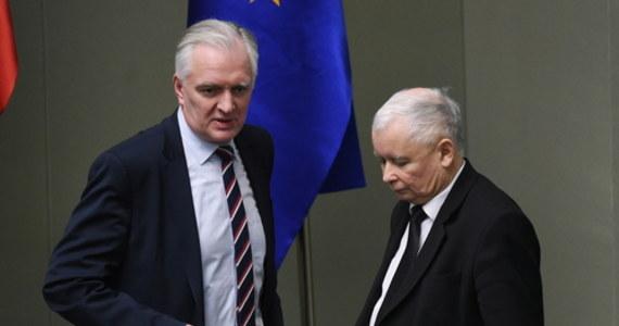 Koalicja rządowa wisi na włosku. RMF FM ujawnia: Jarosław Gowin odrzucił ultimatum Jarosława Kaczyńskiego. Jak dowiedzieli się nasi reporterzy, prezes PiS dał koalicjantowi wybór: Gowin poprze pomysł wyborów kopertowych, czyli wybór prezydenta tylko w głosowaniu korespondencyjnym, albo wicepremier i jego ministrowie zostaną wyrzuceni z rządu.