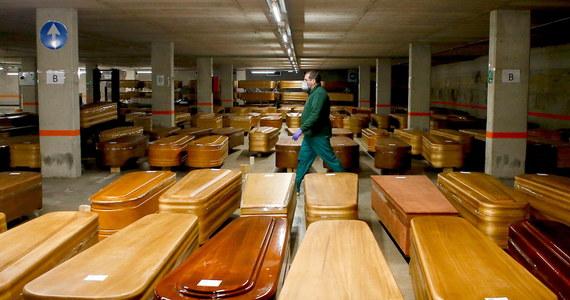 O 950 wzrosła w ciągu ostatniej doby w Hiszpanii liczba osób zmarłych z powodu koronawirusa - poinformowało ministerstwo zdrowia tego kraju. Liczba zgonów w tym kraju wzrosła do 10 003. W Hiszpanii zakażonych zostało już ponad 110 tysięcy osób.