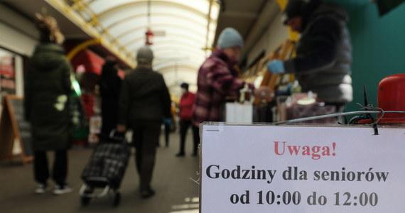 77-letni mężczyzna zmarł przed jednym ze sklepów w Tarnowskich Górach. Do zdarzenia doszło podczas tzw. godzin dla seniorów, które obowiązują w całej Polsce z powodu epidemii koronawirusa.