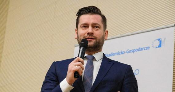 """""""Jako Porozumienie Jarosława Gowina zagłosujemy przeciwko rozwiązaniu, jakie proponuje PiS w sprawie wyborów"""" – deklarował w Porannej rozmowie RMF FM Kamil Bortniczuk.  """"Rozmawiamy cały czas  z Prawem i Sprawiedliwością i mam nadzieję, że dojdziemy dzisiaj do porozumienia"""" – dodał."""