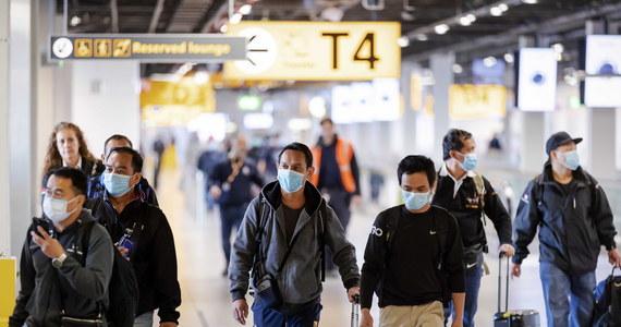 Po zamknięciu szkół, restauracji oraz firm i wprowadzeniu przez Holandię restrykcji związanych z pandemią koronawirusa, część mieszkających tam emigrantów wyjechała do swoich krajów. Organizacje szkolne informują, że w efekcie straciły kontakt z setkami uczniów.