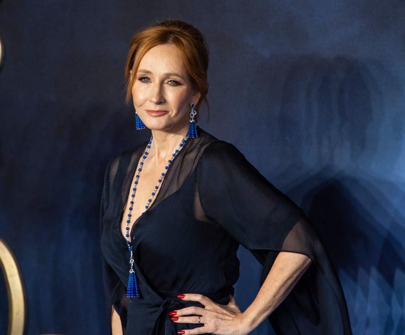 """Jako że wzburzenie wywołane opublikowanym na Twitterze przez J.K.Rowling komentarzem dotyczącym sformułowania """"osoby z menstruacją"""" trwa, napisała odpowiedź. W długim eseju ujawniła, że nie było jej zamiarem nikogo urazić oraz, że sama doświadczyła przemocy fizycznej i seksualnej."""
