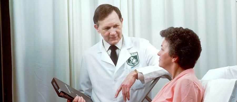 Choroba nowotworowa należy do tych schorzeń, w trakcie których dochodzi do zaburzeń odporności. Z tego powodu pacjenci onkologiczni w czasie pandemii w sposób szczególny powinni być ostrożni, unikać czynników ryzyka zakażenia koronawirusem, ale także dbać o prawidłowy stan odżywienia, gdyż niedożywienie może przyczyniać się do spadku odporności.