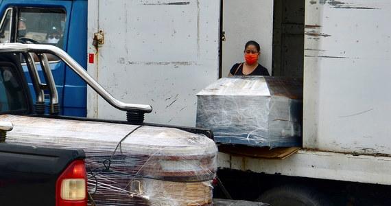 W Guayaquil, jednym z najciężej dotkniętych epidemią miast per capita, system opieki zdrowotnej i domy pogrzebowe są przeciążone od granic możliwości. Ciała zmarłych leżą na ulicach i w domach i nie są przez nikogo odbierane przez wiele dni - informują media.