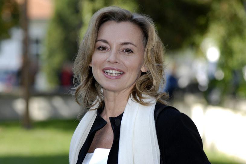 """Katarzyna Chrzanowska to aktorka, której popularność dwadzieścia lat temu przyniósł serial """"Adam i Ewa"""" oraz filmy """"Cudzoziemka"""" i """"Opowieść Harleya"""". Po tragicznej śmierci męża na stałe wyjechała do Paryża. Po latach spędzanych w stolicy Francji, postanowiła jednak sprzedać dom i przeprowadziła się do Andaluzji. Jak się tam jej żyje?"""
