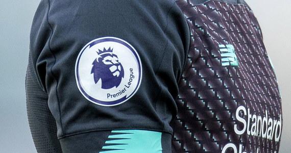 Angielska ekstraklasa piłkarska zdecydowała o opóźnieniu planowanego na początek maja wznowienia rozgrywek oraz o przekazaniu 125 milionów funtów dla niższych lig. Ponadto kluby Premier League skonsultują się ze swoimi graczami w sprawie 30-procentowej obniżki wynagrodzeń.