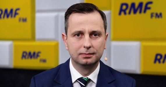 """""""Politycy mówią za dużo o wyborach. To martwi tych, którzy myślą o swoich rodzinach. Trzeba uzmysłowić rządzącym, że najważniejsze jest dzisiaj zdrowie, życie, walka z wirusem. Za dużo czasu poświęcają na gierki, hocki, klocki polityczne"""" – mówił Władysław Kosiniak-Kamysz, Gość Krzysztofa Ziemca w RMF FM. Prezes Polskiego Stronnictwa Ludowego uważa, że """"trzeba szybko podjąć decyzję, że wprowadzamy stan klęski żywiołowej i budujemy nową tarczę antykryzysową"""". Jego zdaniem ta obecna - nie działa. """"Zgłaszamy propozycję dobrowolnego ZUS-u, uruchomiamy fundusz płynności Banku Gospodarstwa Krajowego, bo firmy nie mają pieniędzy, dajemy minimalną pensję, wprowadzamy pakiet rozwiązań rolniczych"""" – wylicza poprawki Koalicji Polskiej szef ludowców."""