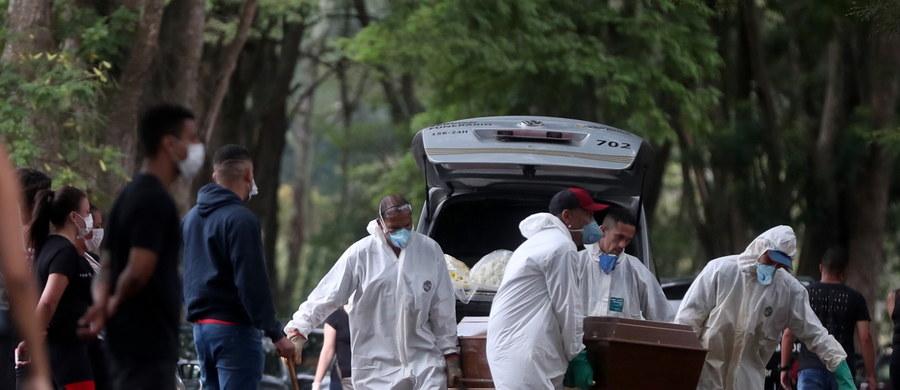 """WHO zmienia swoje dotychczasowe stanowisko i stwierdza, że """"mogą zaistnieć sytuacje, w których powszechne noszenie masek spowolni rozwój epidemii"""". Cały świat szuka rozwiązań, które pozwolą zatrzymać rozprzestrzeniania się patogenu. Według ostatnich danych, liczba zakażonych na całym świecie przekroczyła milion. W Polsce, Ministerstwo Zdrowia poinformowało już o 3383 potwierdzonych przypadkach zakażenia koronawirusem. Zmarło 71 osób. Ministerstwo Środowiska podjęło decyzję o wprowadzeniu zakazu wstępu do lasów państwowych. Unia Europejska zdecydowanie popiera apel sekretarza generalnego ONZ Antonio Guterresa o natychmiastowe globalne zawieszenie broni w świetle pandemii koronawirusa."""