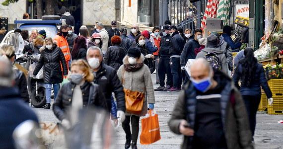 Zdjęcia zatłoczonych targów i ulic w Neapolu publikują w sobotę na pierwszych stronach włoskie gazety. Podkreślają, że nie są tam przestrzegane restrykcyjne przepisy, zabraniające wychodzenia z domu bez ważnej potrzeby i nakazujące zachowanie odległości.
