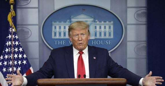 Donald Trump zarekomendował Amerykanom noszenie na twarzach masek jako środka ochrony przed koronawirusem. Prezydent USA oświadczył jednak, że sam nie będzie używał takiej maski. Do tej pory władze Stanów Zjednoczonych broniły się przed podobnym zaleceniem. W Stanach Zjednoczonych w ciągu minionej doby zmarło 1480 osób zakażonych koronawirusem.