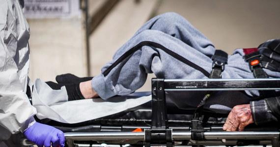 W USA w obliczu braku respiratorów lekarze będą musieli podejmować rozpaczliwe decyzje dotyczące życia lub śmierci. Prawnicy już udzielają porad, w jaki sposób ich klienci mogą uniknąć odpowiedzialności, jeśli będą zmuszeni wybierać między pacjentami - pisze Bloomberg.