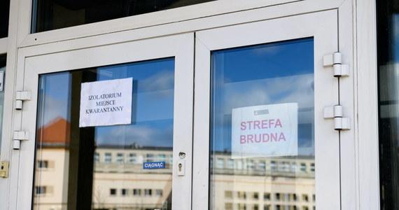 """""""Mamy informację, że jednoimienne szpitale wypełniają się już pacjentami zakażonymi koronawirusem, dlatego uruchamiamy następne"""" - poinformował wiceminister zdrowia Waldemar Kraska."""