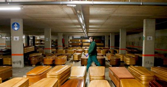 W ciągu ostatniej doby w Hiszpanii liczba osób zmarłych z powodu koronawirusa wzrosła o 809. Od początku epidemii Covid-19 w Hiszpanii zmarły 11 744 osoby, a zakażonych zostało ponad 124 tysiące. To więcej niż we Włoszech uważanych do tej pory za europejskie epicentrum pandemii.