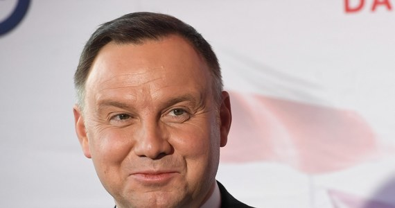 """""""Najważniejszą kwestią jest życie i zdrowie obywateli. Drugą sprawą jest stabilność państwa i zachowanie ciągłości władzy. Jeżeli dałoby się wybory przeprowadzić tak, aby obywatele byli w jak największym stopniu zabezpieczeni, to wtedy ze względu na porządek ustrojowy można w wyznaczonym terminie przeprowadzić głosowanie"""" – stwierdził w wywiadzie dla """"Naszego Dziennika"""" prezydent Andrzej Duda zapytany o to, czy wybory powinny się odbyć 10 maja. Odniósł się też do pomysłu powszechnego głosowania korespondencyjnego. """"Nie narazilibyśmy życia i zdrowia obywateli. Głosowanie korespondencyjne byłoby czymś nowym w Polsce, ale i warunki są nietypowe"""" – zauważył."""