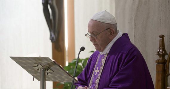 Uroczystości rozpoczynającego się w Niedzielę Palmową Wielkiego Tygodnia w Watykanie pod przewodnictwem papieża Franciszka będą miały w tym roku z powodu pandemii bezprecedensowy przebieg. Będą to msze i nabożeństwa z udziałem bardzo ograniczonej liczby osób. Nie przewidziano uczestnictwa wiernych.