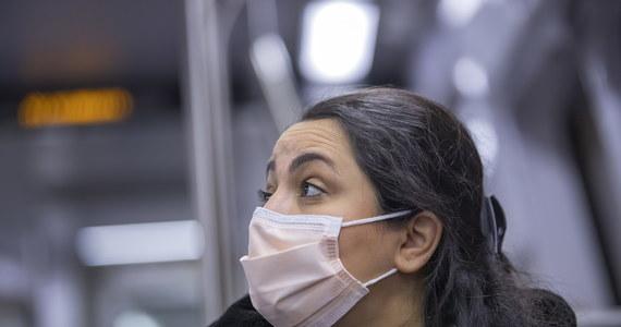 Mieszkająca w Nowym Jorku polska pulmonolog dr Iwona Rawinis porównała rozprzestrzenianie się koronawirusa do rozpędzonego pociągu, którego nie daje się zatrzymać. Wg specjalistki izolacja ma kluczowe znaczenie, a używanie masek, nawet domowego wyrobu, w miejscach publicznych również ogranicza transmisję wirusa.