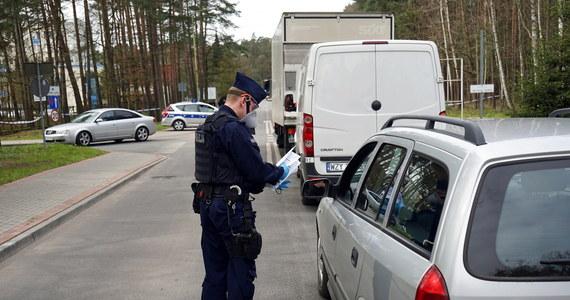 Ostatniej doby policjanci skontrolowali ponad 112 tys. osób poddanych przymusowej kwarantannie. W ok. 300 przypadkach stwierdzono uchybienia kwalifikujące się do wymierzenia grzywny - poinformował rzecznik KGP insp. Mariusz Ciarka.