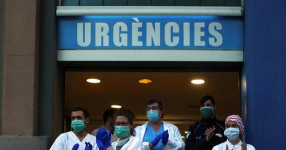 O 674 wzrosła w ciągu ostatniej doby w Hiszpanii liczba osób zmarłych z powodu koronawirusa - poinformowało w niedzielę ministerstwo zdrowia tego kraju. Tym samym liczba zgonów z powodu Covid-19 wzrosła do 12 418. W Hiszpanii zakażonych zostało łącznie ponad 130 tys. osób.
