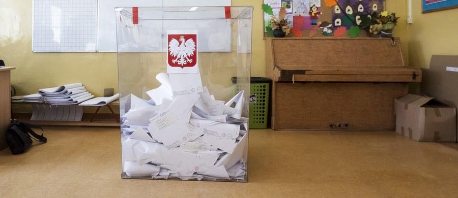 """Ponad połowa Polaków źle ocenia pomysł Prawa i Sprawiedliwości, które chce, aby głosowanie w wyborach prezydenckich odbyło się korespondencyjnie - bez konieczności wizyty w lokalu wyborczym - wynika z sondażu United surveys dla RMF FM i """"Dziennika Gazety Prawnej"""". Gdyby wybory odbyły się w najbliższą niedzielę, ponad 70 proc. badanych nie poszłoby do lokali wyborczych, a ponad 55. proc. nie skorzystałoby z możliwości głosowania korespondencyjnego."""
