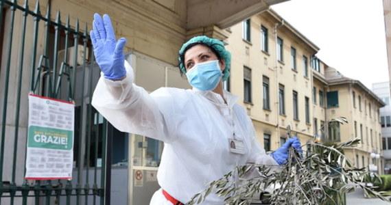 W ciągu ostatniej doby liczba ofiar koronawirusa we Włoszech wzrosła o 525 i w sumie jest ich już 15 887. Szef Obrony Cywilnej Angelo Borrelli powiedział, że dobowy bilans zmarłych jest najniższy od 19 marca.