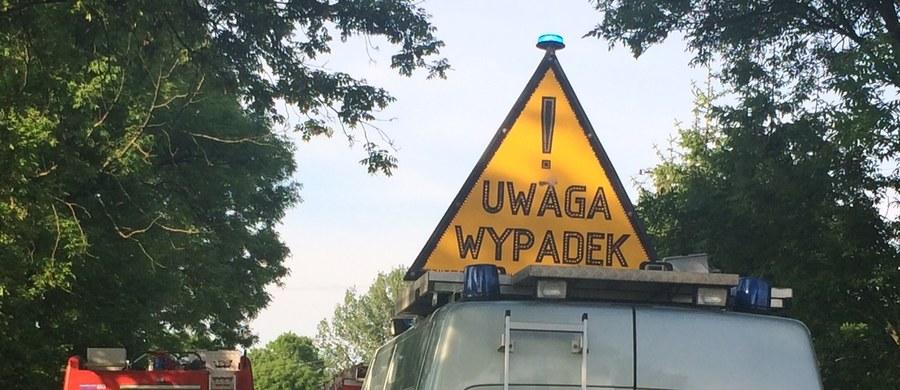 Groźny wypadek na drodze krajowej nr 60 w Czarnowie na Mazowszu. W wojskową ciężarówkę uderzył samochód osobowy. Rannych zostało 20 żołnierzy.