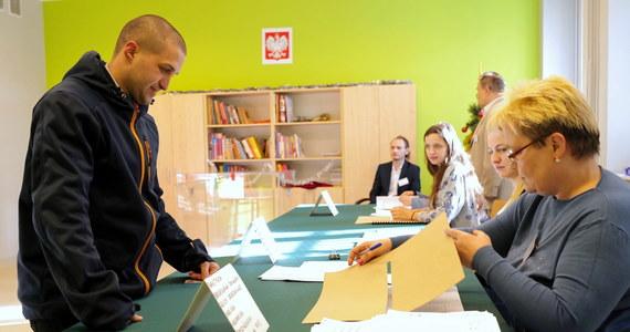W 52 miastach w Polsce nie ma ani jednego chętnego, by zasiadać w komisji wyborczej 10 maja. W większości miast udało się skompletować zaledwie 10-20 procent składu komisji, a pół tysiąca osób wycofało się w ostatnich dniach. To dane zebrane przez samorządowców w 176 miastach! To ma być dowód, ze przeprowadzenie wyborów 10 maja jest nierealne.