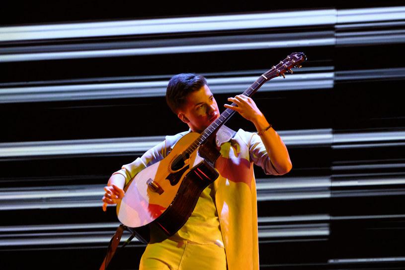 """W 14. edycji amerykańskiego """"Mam talent"""" pochodzący z Kielc Marcin Patrzałek rzucił jurorów i publiczność programu na kolana. Polak mimo braku awansu do finału talent show, nie może narzekać. W tym roku podpisał kontrakt z amerykańskim oddziałem wytwórni Sony Music."""
