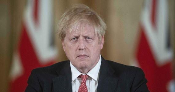 Brytyjski premier Boris Johnson poinformował, że przechodzi rutynowe badania w związku z objawami koronawirusa, ale jest w dobrym humorze i pozostaje w kontakcie ze swoimi współpracownikami.