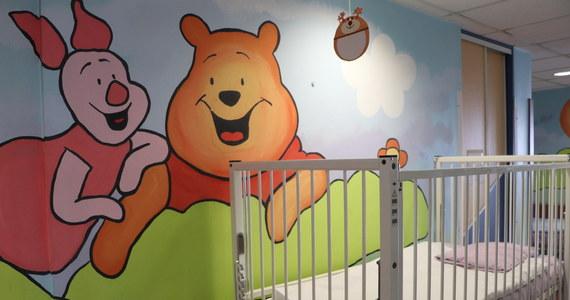 Po wykryciu koronawirusa u 4-letniego dziecka, pacjenta Wojewódzkiego Szpitala Zespolonego w Koninie, placówka wstrzymała przyjęcia na oddział dziecięcy. Wcześniej podobną decyzję podjęto odnośnie wydziału wewnętrznego i oddziału chorób płuc.